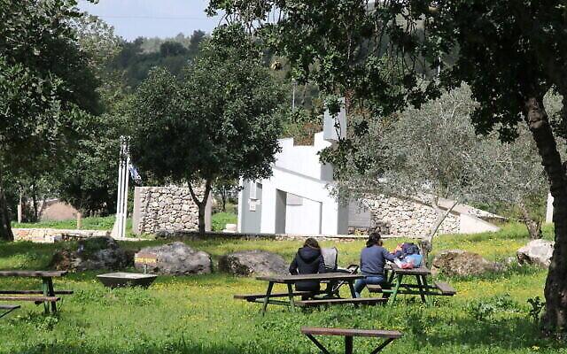 Des visiteurs sur l'aire de pique-nique du mémorial MaHal en hommage aux volontaires étrangères ayant servi dans l'armée israélienne. (Crédit : Shmuel Bar-Am)