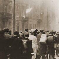 Des Juifs évacués du ghetto lors de la révolte du ghetto de Varsovie en avril et mai 1943. (Domaine public)