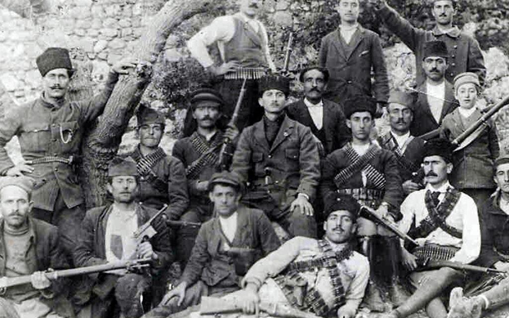 Quelques-uns des 250 Arméniens qui avaient pris les armes contre les Turcs, et qui s'étaient réfugiés à Musa Dagh en 1915 (Crédit : Domaine public)
