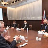 Le Premier ministre Benjamin Netanyahu rencontre le ministre britannique Michael Gove au bureau du Premier ministre à Jérusalem, le 20 avril 2021. (Crédit : Kobi Gideon/GPO)