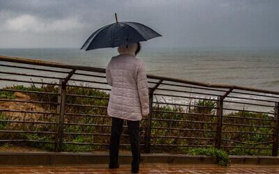 De la pluie dans la ville côtière de Netanya, le 19 février 2021. (Crédit : Flash90)