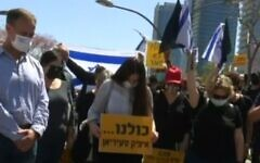 Des personnes regroupées à l'endroit où le vétéran de l'armée israélienne Itzik Saidyan s'est immolé restent immobile pendant l'activation des sirènes de Yom HaZikaron, le 14 avril 2021. (Capture d'écran : Vidéo)