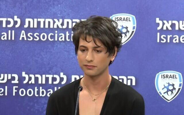 Sapir Berman, arbitre en Ligue 1 israélienne de football et connue auparavant sous le nom de Sagi Bermen, lors d'une conférence de presse, le 27 avril 2021. (Capture d'écran/Twitter)