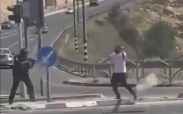 Un suspect tente d'attaquer un policier à l'aide d'un objet tranchant près de la ville d'Efrat, en Cisjordanie. (Capture d'écran : Twitter)