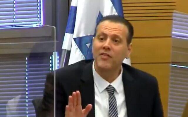 Le député du Likud Miki Zohar pendant un échange furieux au sein de la Commission des arrangements de la Knesset, le 26 avril 2021. (Capture d'écran/Knesset TV)