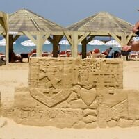 Une structure de sable célébrant Yom Yeroushalayim, qui tombe le 10 mai, sur la plage de Jérusalem à Tel Aviv. (Autorisation Kfir Sivan)
