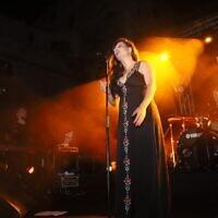 La chanteuse Miri Mesika s'est produite lors du premier des neuf concerts organisés sur la scène Metzuda d'Akko, avant les récents troubles et émeutes qui ont perturbé la ville du nord. (Autorisation de la ville d'Akko)