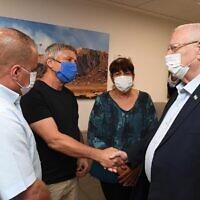 Le président d'Israël, Reuven Rivlin, visite le centre médical Barzilai d'Ashkelon, le 13 mai 2021. (Mark Neyman / GPO)