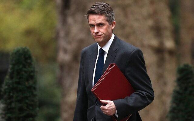 Le secrétaire à la Défense britannique de l'époque,  Gavin Williamson arrive à Downing Street pour une réunion du cabinet. (Crédit : Adrian Dennis/AFP)