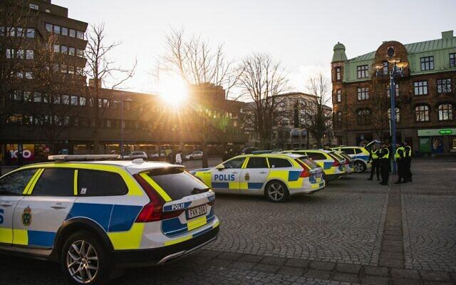 Photo d'illustration : Des voitures de police stationnées sur une place de la ville suédoise de Vetlanda, en Suède, le 4 mars 2021. (Crédit : Jonathan NACKSTRAND / AFP)
