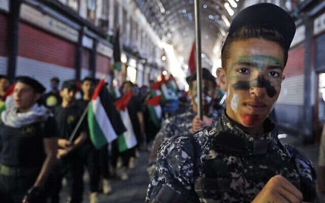 Des enfants syriens et palestiniens lors d'un rassemblement de la Journée al-Quds, au marché couvert de Hamidiya à Damas, dans la capitale de la Syrie, le 7 mai 2021. (Crédit : Louai Beshara / AFP)