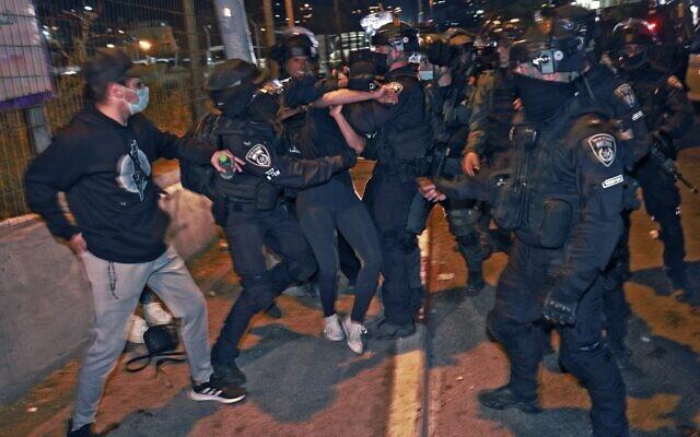 Des policiers israéliens aux prises avec des manifestants protestant contre l'expulsion possible de familles palestiniennes du quartier de Sheikh Jarrah à Jérusalem-Est, le 8 mai 2021. (Crédit : Menahem KAHANA / AFP)