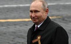 Le président russe Vladimir Poutine quitte la Place Rouge après le défilé militaire du jour de la victoire à Moscou le 9 mai 2021. (Crédit : Kirill KUDRYAVTSEV / AFP)