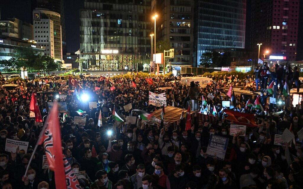 Des centaines de personnes ont manifesté en soutien aux Palestiniens dimanche 9 mai 2021 aux abords du consulat israélien à Istanbul (Crédit : OZAN KOSE / AFP)