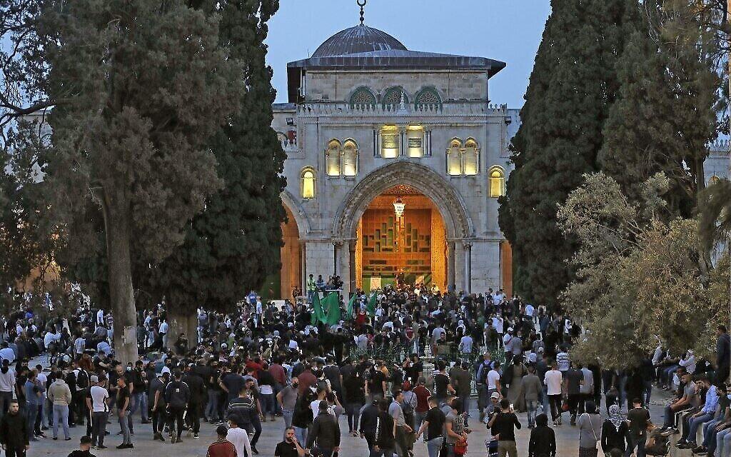 Des Palestiniens se rassemblent dans l'enceinte du Mont du Temple à Jérusalem, le 10 mai 2021. (Crédit :  Ahmad GHARABLI / AFP)