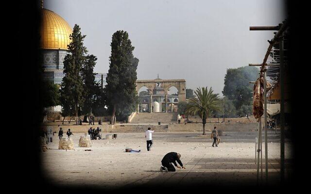 Vue de l'enceinte du mont du Temple au milieu des affrontements entre Palestiniens et forces de sécurité israéliennes, le 10 mai 2021. (Ahmad Gharabli / AFP)
