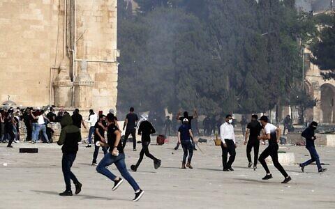 La police utilise des canons à eau lors d'affrontements avec des manifestants arabes à Jérusalem pendant le Ramadan, le 10 mai 2021. (Crédit : Ahmad GHARABLI / AFP)