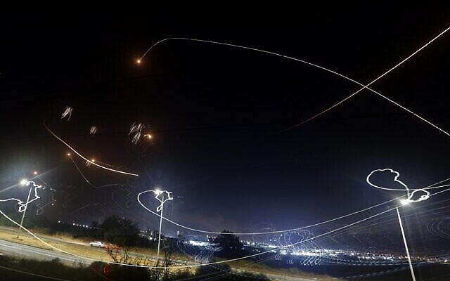 Le système de défense antimissile israélien Dôme de fer intercepte des roquettes lancées par des terroristes palestiniens depuis la bande de Gaza, au-dessus de la ville côtière méridionale d'Ashkelon, le 10 mai 2021. (Jack Guez/AFP)