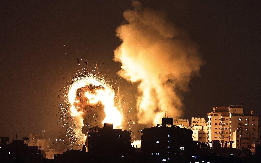 Des nuages de feu surgissent après des frappes aériennes israéliennes dans la bande de Gaza, contrôlées par le mouvement terroriste islamiste palestinien Hamas, le 10 mai 2021. (AFP).