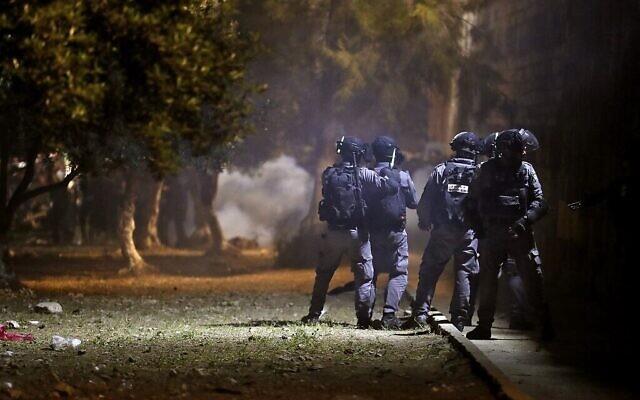 Affrontements entre émeutiers palestiniens et policiers israéliens sur le mont du Temple, à Jérusalem, le 10 mai 2021. (Crédit : Ahmad GHARABLI / AFP)