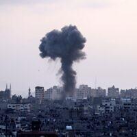 Une colonne de fumée provenant de frappes aériennes israéliennes dans la bande de Gaza, contrôlée par le groupe terroriste palestinien Hamas, le 11 mai 2021. (MAHMUD HAMS / AFP)