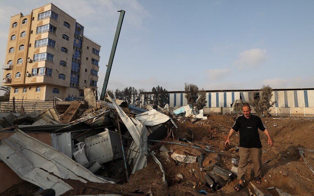 Un immeuble démoli par une frappe israélienne à Gaza, le 11 mai 2021. (Crédit : MAHMUD HAMS / AFP)