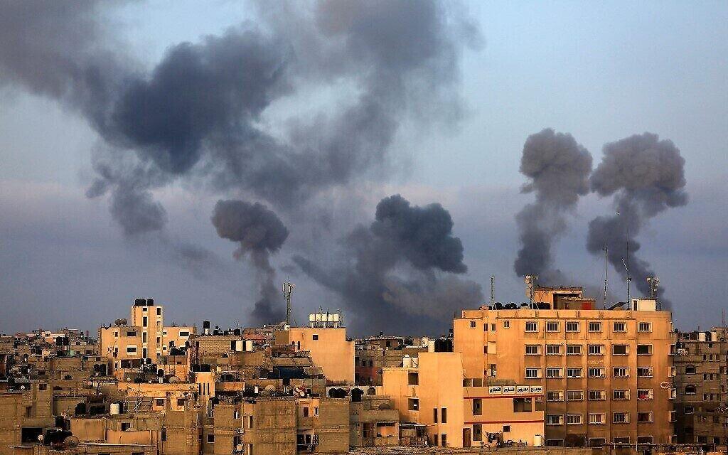 De la fumée s'élève suite aux frappes de représailles de l'armée israélienne dans la région de Khan Younes, dans le sud de Gaza, le 11 mai 2021. (Crédit : Mahmoud KHATAB / AFP)