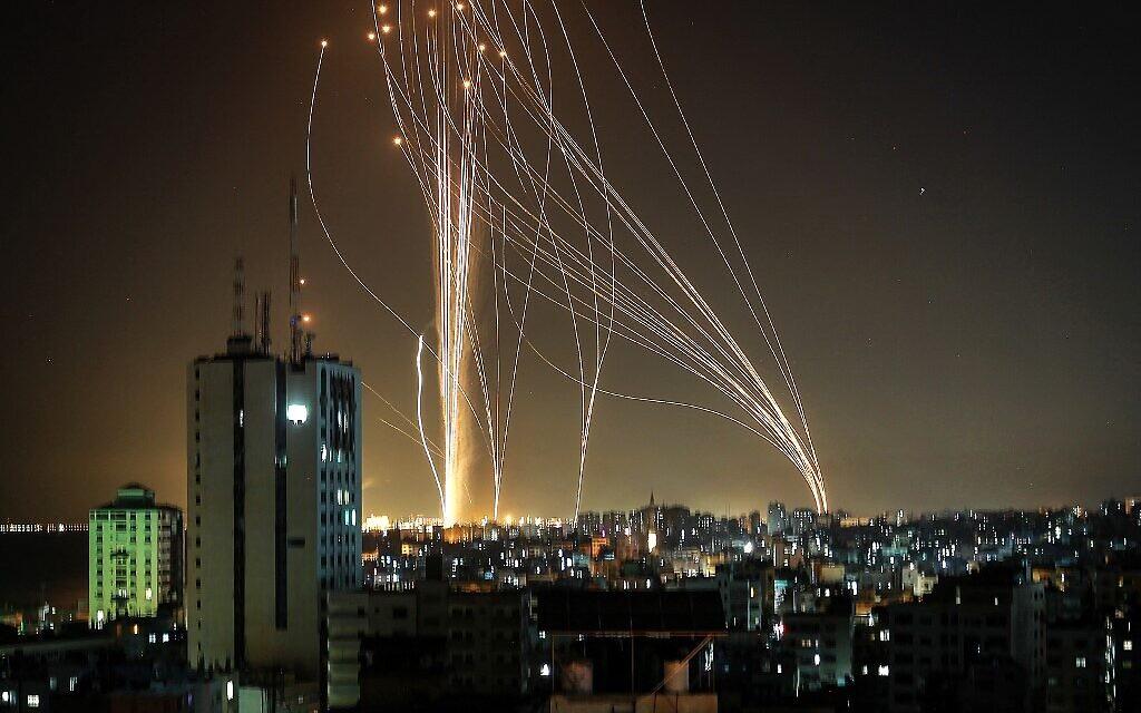 Des roquettes lancées par le Hamas depuis Gaza au dessus de Tel Aviv, le 11 mai 2021. (Crédit : ANAS BABA / AFP)
