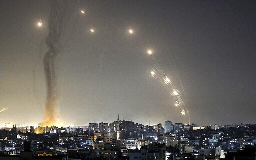 Des roquettes sont lancées vers Israël depuis la ville de Gaza, le 11 mai 2021. (MAHMUD HAMS / AFP)