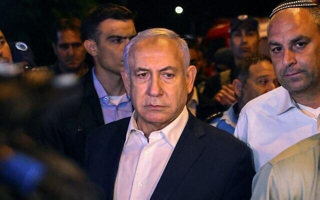 Le Premier ministre Benjamin Netanyahu effectue une visite de la ville mixte judéo-arabe de Lod, tôt le 12 mai 2021, alors que l'état d'urgence est imposé suite à des émeutes arabes. À sa droite, le maire de Lod, Yair Revivo. (AHMAD GHARABLI / AFP)