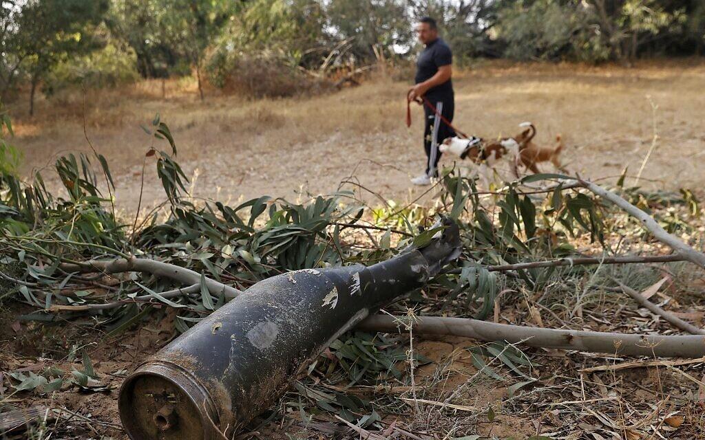 Un débris de roquette tirée par le Hamas depuis Gaza, détruite par une batterie du Dôme de Fer, Ashkelon, le 12 mai 2021. (Crédit : JACK GUEZ / AFP)