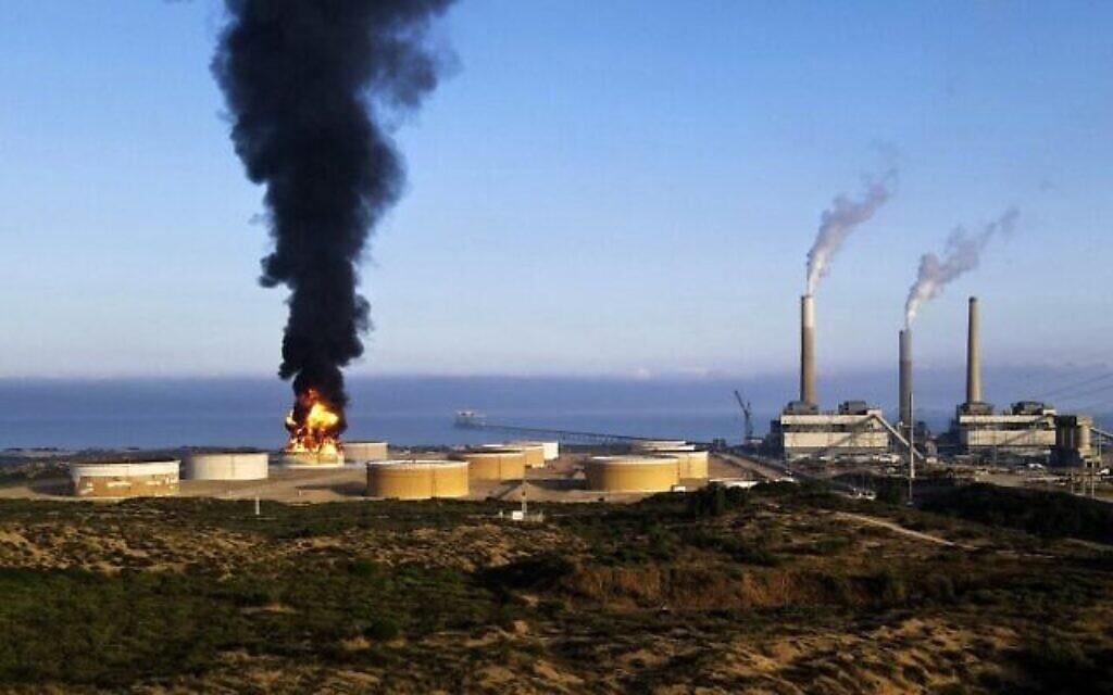 Un incendie fait rage dans une raffinerie à Ashkelon, tôt le 12 mai 2021, après qu'elle a été touchée par des roquettes tirées par le groupe terroriste Hamas la veille. (Jack Guez/AFP)