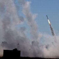 Le système de défense aérienne Dôme de fer d'Israël est activé pour intercepter une roquette tirée depuis la bande de Gaza, le 12 mai 2021. (EMMANUEL DUNAND / AFP)