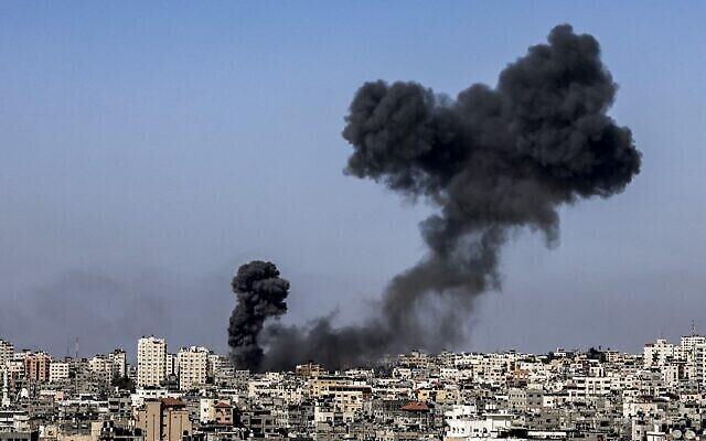 Des colonnes de fumée s'élèvent après des frappes aériennes israéliennes sur la ville de Gaza, le 12 mai 2021. (MAHMUD HAMS / AFP)