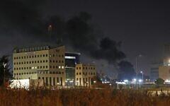 Colonnes de fumée au dessus de la ville de Lod, secouée par des émeutes, le 12 mai 2021. (Crédit : Ahmad GHARABLI / AFP)