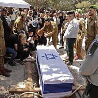 Funérailles d'Omer Tabib, un soldat israélien tué par le Hamas, à Elyakim, le 13 mai 2021. (Crédit : JACK GUEZ / AFP)