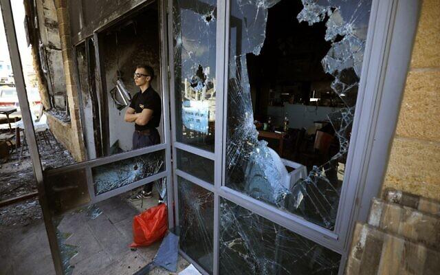 Le restaurant juif Uri Buri d'Akko, connu pour son engagement en faveur de la coexistence, a été attaqué et fortement endommagé lors des émeutes dans la ville, le 13 mai 2021. (JALAA MAREY / AFP)