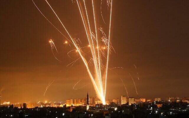 Des roquettes tirées vers Israël depuis Beit Lahia dans le nord de la bande de Gaza, illuminent le ciel nocturne le 14 mai 2021, tandis que les missiles du Dôme de Fer sont tirés pour les intercepter. (Photo: MOHAMMED ABED / AFP)