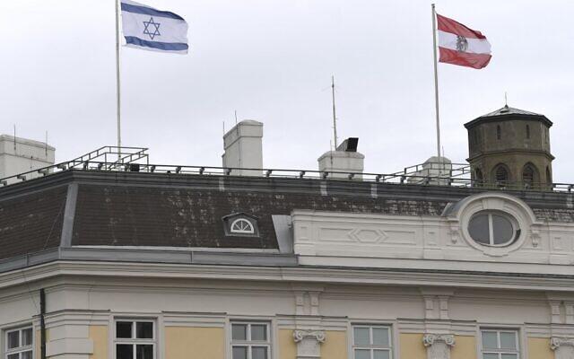 Le drapeau israélien hissé sur le batiment de la chancellerie autrichienne, à Vienne, le 14 mai 2021. (Crédit : HELMUT FOHRINGER / APA / AFP)