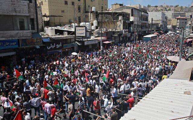 Des manifestants jordaniens participent à un rassemblement pour exprimer leur solidarité avec le peuple palestinien, dans la capitale Amman, le 14 mai 2021 (Crédit : Khalil MAZRAAWI / AFP)