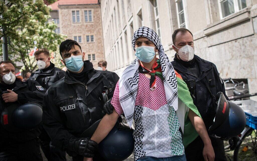 Un homme est détenu par la police lors d'une manifestation le 15 mai 2021 à Berlin. - (Crédit : STEFANIE LOOS / AFP)