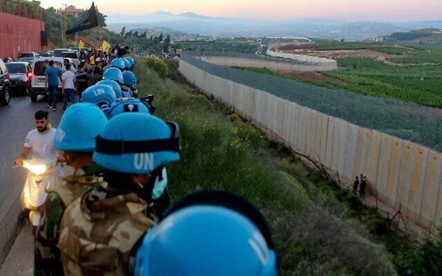 Les soldats des forces de maintien de la paix au Liban (FINUL) se tiennent le long de la frontière avec Israël, à proximité du village libanais d'Adaiseh, le 15 mai 2021. (Crédit : Mahmoud ZAYYAT / AFP)