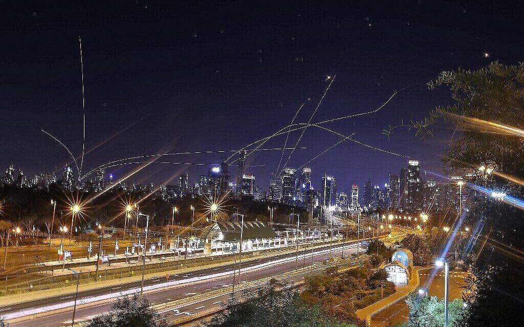 Le système de défense aérienne israélien Dôme de fer intercepte des roquettes au-dessus de la ville côtière de Tel Aviv, le 15 mai 2021, après leur lancement depuis la bande de Gaza contrôlée par le mouvement terroriste palestinien Hamas. (Crédit : Ahmad Gharabli / AFP)