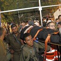 Les médecins et les forces israéliennes évacuent les blessés suite à l'effondrement d'un gradin dans une synagogue de l'implantation de Givat Zeev, en Cisjordanie, le 16 mai 2021. (Crédit : Gil COHEN-MAGEN / AFP)