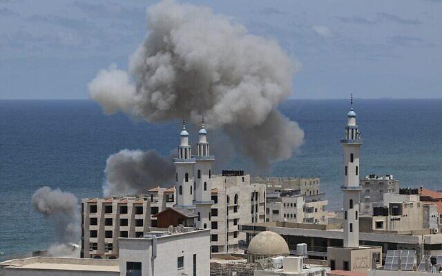 La fumée s'élève du secteur autour du port de Gaza City suite à un bombardement israélien depuis la mer méditerranée, le 17 mai 2021. (Crédit : Mahmud Hams/AFP)