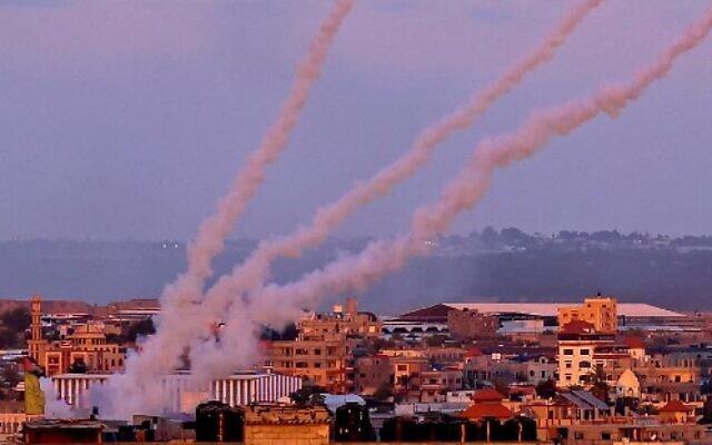 Des roquettes lancées vers Israël depuis le sud de la bande de Gaza, le 17 mai 2021. (Crédit : SAID KHATIB / AFP)