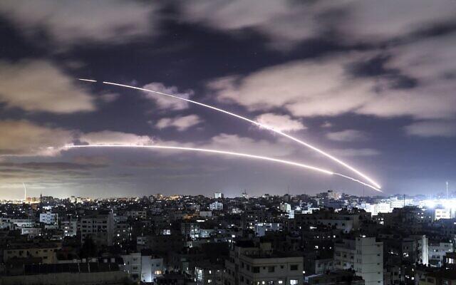 Des roquettes lancées vers Israël depuis Gaza City. (Crédit : MAHMUD HAMS / AFP)