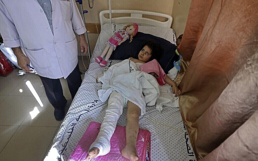 Un enfant palestinien, blessé lors des frappes aériennes israéliennes sur la bande de Gaza, soigné à l'hôpital Al-Shifa dans l'enclave palestinienne, le 19 mai 2021. (Crédit : MAHMUD HAMS/AFP)