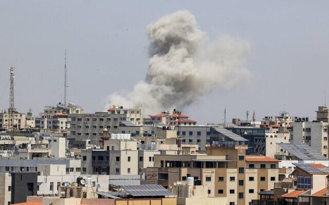 Une boule de feu s'élève d'un quartier résidentiel de Gaza City suite à une frappe israélienne dans l'enclave contrôlée par le Hamas suite à un tir de roquette. (Crédit :  MAHMUD HAMS / AFP)