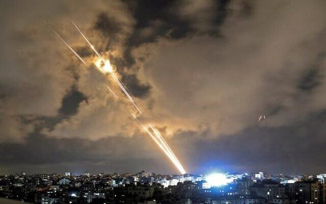 Des roquettes lancées vers Israël depuis Gaza City, dans la bande de Gaza, le 20 mai 2021. (Crédit : MAHMUD HAMS / AFP)